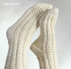 lace cable pattern for woolen socks + the instruction w/ clear pics (text in Finnish) Lace Socks, Knit Mittens, Crochet Slippers, Knitted Gloves, Knitting Socks, Crochet Border Patterns, Woolen Socks, Sexy Socks, Knitting Magazine