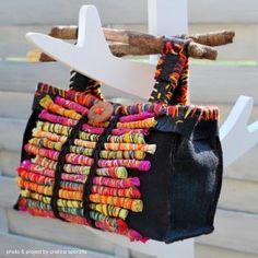 decoración original al frente con tiras de trapillo envueltas en hilos de colores creativitaorganizzata