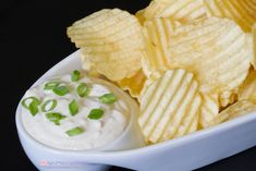There is nothing better with crispy, salty potato chips than cold and creamy French Onion Dip! Skip the soup mix and make your own delicious dip! One dip of the chip and you'll fall in love… Homemade French Onion Dip, Cherry Pie Bars, Hot Sausage, Appetizer Recipes, Appetizers, Dip Recipes, Summer Recipes, Stuffed Banana Peppers, Game Day Food