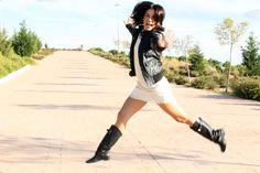 Vestido corto de manga francesa en color crudo, perfecto negra, botas altas y maxibolso negro con apliques en plata