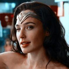 Wonder Woman Pictures, Wonder Woman Art, Gal Gadot Wonder Woman, Wonder Women, Justice League Marvel, Justice League Wonder Woman, Batman, Superman, Female Portrait Poses