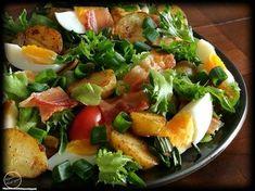 Maalaissalaatti Lämmin sää on hellinyt tänään meitä joten ajattelin tehdä ruokaisaa salaattia päivälliseksi. Maalaissalaatti on maukas ja sitä voi varioida mielensä mukaan. Jotkut laittavat perunaa jotkut krutonkeja jne. Kananmuna ja pekoni ovat olennainen osa kyseistä ruokaa. Tässäpä minun versioni kyseisestä salaatista :)Maalaissalaatti Riittoisuus: KolmelleTarvitset: 10 varhaisperunaa suolaa mustapippuria myllystä luraus kiinalaista soijakastiketta (aroi) pari valkosipulinkynttä muutama… Cobb Salad, Potato Salad, Potatoes, Meat, Chicken, Ethnic Recipes, Foodies, Potato, Cubs