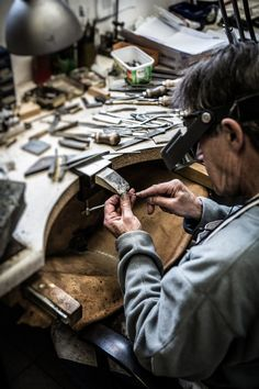 On-site goldsmith at the bench