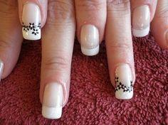uñas francesas blancas con flores negras