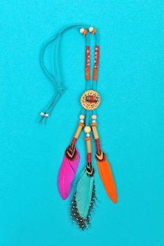 Passionnée par la culture amérindienne, je ne résiste pas à l'envie de faire des bijoux inspirés par cette dernière qui viennent compléter les sandales et le t-shirt attrape rêve. Le turquoise symbolise l'immortalité, alors abusons-en... Il vous faut...