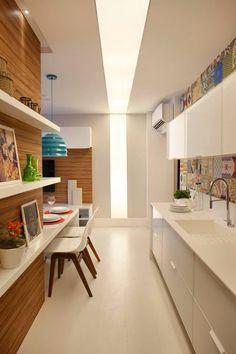 Projeto da arquiteta Andressa Fonseca. Loft com azul turquesa, madeira e branco. Cozinha ladrilho hidráulico