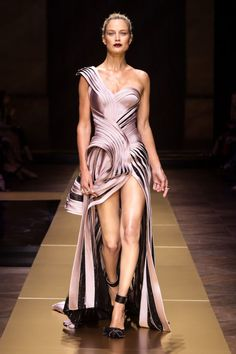 A who's who of familiar faces paraded down the Atelier Versace runway—Joan Smalls, Taylor Hill, Bella Hadid and Anna Ewers, to name a few—but it was Carolyn Murphy, who closed the show, that left a lasting impression. At 41 years old (!!), the legendary supermodel proves that age is but a number, looking not a day over 21. All we can say is goals.