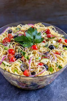Cold Spaghetti Salad Cold SPAGHETTI SALAD is delicious, quick and easy to make. It's the perfect dish for feeding a crowd. Make this pasta salad recipe in a flash! Cold Spaghetti Salad, Cold Pasta, Summer Spaghetti, Spaghetti Recipes, Pasta Salad Recipes, Easy Summer Meals, Summer Salads, Salad Dishes, Pasta Dishes