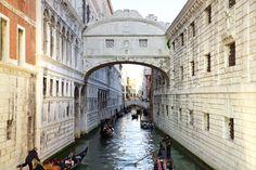El Puente de los Suspiros es uno de los puentes más famosos de #Venecia. http://www.venecia.travel/lugares-para-visitar/puente-de-los-suspiros/ #turismo #viajar #Italia