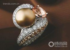 Cartier戒指,铂金镶饰帕德玛蓝宝石,天然珍珠,褐色钻石,明亮式切割钻石。不同材质前所未见的新混搭:切割蓝宝石和珍珠,雕刻出沙土、沙丘和风的曲直线条。帕德玛蓝宝石的光彩和珍珠牛奶般柔和的乳白,也是从未有过的色彩搭配。