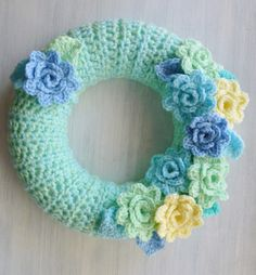 Hello there, and happy summer to you all! It& gone nutsy busy here. Or maybe it& me that& just simply nutsy! Wreath Crafts, Diy Wreath, Yarn Crafts, Wreaths, Crochet Wreath, Diy Crochet, Crochet Flowers, Crochet Decoration, Crochet Home Decor