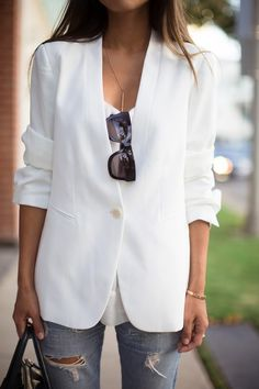 Gorg white blazer to pair with your newest denim jeans for a autumn night out.