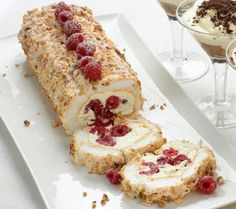 This looks like heaven on a plate! Hazelnut meringue roulade with raspberries Recipes