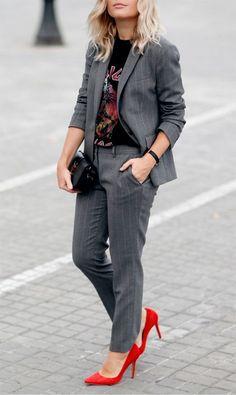 Blazer rica de giz cinza, t-shirt de banda, calça de alfaiataria cinza, scarpin vermelho