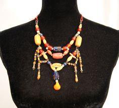 Halssnoer samengesteld uit vintage en Berber juwelen met houten, plastic, stenen…