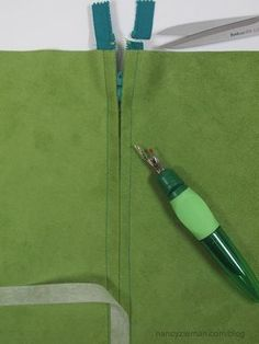 Insert a centered zipper in minutes with the help of tape and without using pins! A Nancy Zieman tecnique. Sewing tip. Sewing Lessons, Sewing Hacks, Sewing Tutorials, Sewing Crafts, Sewing Tips, Sewing Ideas, Nancy Zieman, Techniques Couture, Sewing Techniques