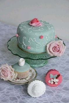 Weddingcake with cupcakes