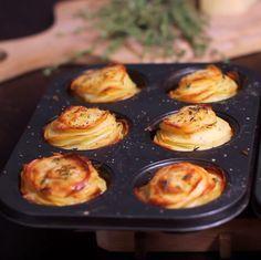 Aardappelen zijn niet alleen lekker, je kan ze ook nog eens op honderd verschillende manieren klaarmaken! Wat dacht je van deze torentjes met Parmezaanse kaas? Dit heb je nodig (voor 4 à 6 torentjes): een bakvorm voor muffins of cupcakes een mandoline 8 à 10 aardappelen 45 gram boter 25 gram Parmezaanse kaas knoflook, peper, … Continued Tapas, Oven Dishes, Go For It, Weird Food, Creative Food, Food Photo, Food Inspiration, Love Food, Cooking Recipes