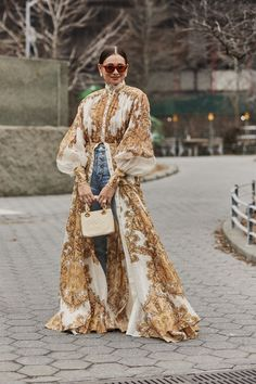 Attendees at New York Fashion Week Fall 2019 – Street Fashion Women's Fashion Trends Attendees … La Fashion Week, New York Fashion, Latest Fashion Trends, Fashion Fashion, Kimono Fashion, Couture Fashion, Fashion Clothes, Spring Fashion, New York Street Style