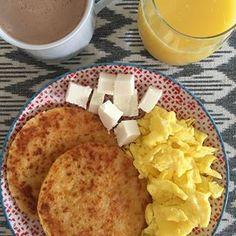 Ya sabes para dónde va ese queso, ¿cierto? . . . La respuesta en mis InstaStories ☝🏼 . . . #love #desayuno #unacolombianaencalifornia . . . . #arepas #huevos #chocolateconqueso #comidacolombiana #breakfast #colombia #colombian #latinfood #comidalatina #desayunocolombiano #instagood #instafood Comida Latina, Cornbread, French Toast, Food And Drink, Cheese, Love, Breakfast, Ethnic Recipes, Colombian Food