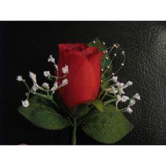 https://bouquet-de-la-mariee.com/6-boutonnieres-mariage -->: Boutonnière de Mariage avec Perles Boutonnière de mariage faite avec 1 rose, des perles, des gypsophiles et des feuilles vertes foncé La boutonnière est faite à la main, sur mesure en France avec des fleurs artificielles Haut de Gamme