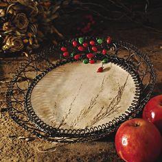 Drátovaná mísa s travinou Misku s travinoujsem vyrobila loni v období koketování s keramikou :-), opletla jsem ji drátěným okrajem a zdobila skleněnými červenými a zelenými korálky. Použila jsem černěný drát. Drát může ve vlhkém prostředí reznout a miska tak získá nádech starobylé patiny. Průměr misky je 21,5 cm, výška 4,5 cm, průměr keramického talíře je ...