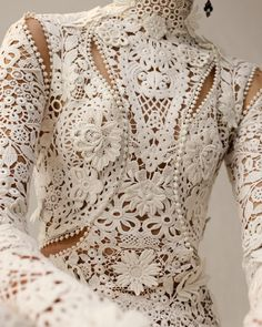 Close up: Irish crochet lace features three-dimensional flowers and tangled garlands of leaves all inspired by the curved lines of nature that were central to the British Art Nouveau aesthetic. From the Alexander McQueen Autumn/Winter 2018 pre-collection. Couture Details, Fashion Details, Couture Trends, Couture Fashion, Runway Fashion, Womens Fashion, Irish Crochet, Crochet Lace, Crochet Dresses