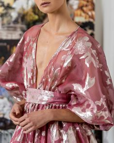 Reem Acra is a renowned international designer known for her breathtaking collections in Ready-to-Wear and Bridal. Streetwear, Couture Details, Special Dresses, Ootd, Kimono Dress, Color Rosa, Aesthetic Fashion, Classy Outfits, Fashion Addict
