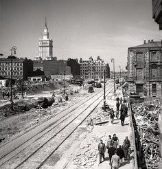 Perspektywa ulicy Marszałkowskiej, widok w kierunku północnym, 1954 rok. Wykańczany wówczas Pałac Kultury i Nauki wyrastał ponad krajobrazem zrujnowanego jeszcze Śródmieścia Warszawy.