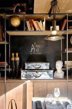 Restaurante ALGO ASÍ (Plaza de la Moraleja. Madrid). Un restaurante con encanto en el que los detalles vintage crean una atmósfera especial: maletas de cuero, globos terráqueos, libros antiguos... Destaca también nuestro suelo de ajedrez, en blanco y negro, en contraste con la madera. Un espacio luminoso y acogedor, con mucha personalidad. #restaurante #diseño #interiorismo #vintage #gastronomía #moraleja #madrid #store #ideas #inspiration #cute