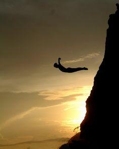 Los clavados desde La Quebrada de Acapulco son una tradición, que inició hace 70 años. En cada exhibición los hombres se juegan la vida al caer a escasos metros del ríspido acantilado.