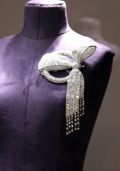 Diamond ribbon brooch from the Elizabeth Taylor collection at Christie's. To die for!