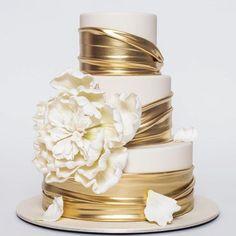 Más Recetas en https://lomejordelaweb.es/ | tout simplement magnifique! @rbicakes #weddingcake #gold #bridetobe