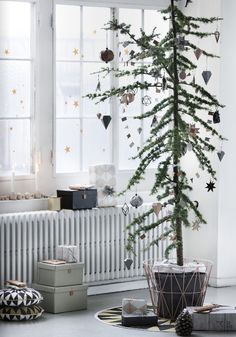 I'm kind of looking forward to Christmas already, now that I saw the Ferm Living Christmas catalogue. — Ik kijk al een beetje uit naar kerstmis, nu ik de Ferm Living kerstcatalogus gezien heb. Scandinavian Christmas Decorations, Scandi Christmas, Easy Christmas Decorations, Minimalist Christmas, Noel Christmas, Modern Christmas, Simple Christmas, Winter Christmas, Christmas Ornaments
