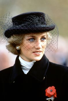 KATE MIDDLETON, is the wife of Prince William, also The Duchess of Cambridge appears to make a nod to his late mother Princess Diana every year. Lady Diana Spencer, Kate Middleton, Princesa Diana, Elisabeth Ii, Look Vintage, Princess Of Wales, Royal Princess, Lady Dior, British Royals