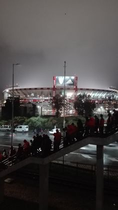 El Monumental bajo una noche lluviosa Escudo River Plate, Christmas Tree, Plates, Wallpaper, Holiday Decor, Football, Mariana, Love, Ocean Photography
