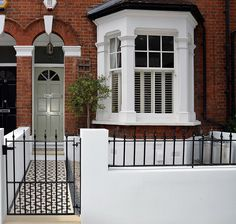 Dream house front 😍 Plastered rendered front garden wall painted white metal wrought iron rail and gate victorian mosaic tile path in black and white scottish pebbles York stone balham london Victorian Front Garden, Victorian Bar, Victorian Front Doors, Victorian Terrace House, Victorian Homes, Terrace House Exterior, Victorian Windows, Bungalow Exterior, Café Exterior