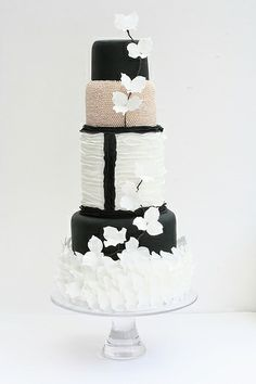 I don't want this cake lol i just love the touch of pink in the black and white...