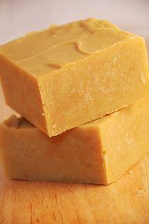 A l'origine, je voulais un savon au miel qui sente aussi la vanille.  Il a fallu se rendre à l'évidence: l'huile essentielle de vanille étai...