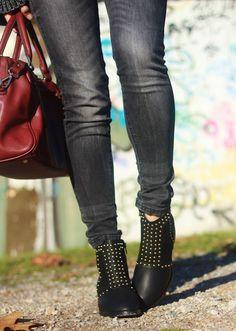 Urban outfit: Hoy un look de estilo urbano, formado por jersey oversize de Shein, botines con tachas de Nelly y Bolso burdeos de Xti.