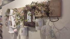 Plank aan de muur waarop je je kerstmis decoraties kunt vastmaken