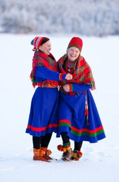 North and south Sami costumes. The woman to the right is wearing a costume from Jämtland and the woman to the left a costume from Jokkasjärvi.
