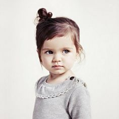 petite fille mignonne avec un petit chignon sur le côté, fille sympa