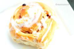 Enige tijd geledenmaakte ik heerlijke cinnamon roll broodjes met maanzaad, waar ik er nog altijd heerlijk van kan genieten. Dit keer wou ik het eens een beetje anders doen. Ik heb gekozen voor een vulling met appels en rozijnen en ik kan zeggen dat dit zeker een recept naar mijn smaak is en daarom deel …