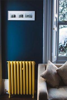 comment choisir la meilleure couleur de peinture pour chambre, mur en bleu foncé, canape beige,