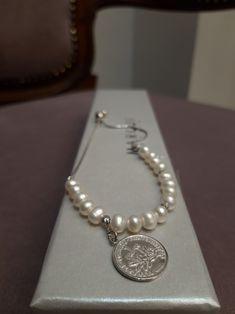 Modna bransoleta z białymi perłami i nowoczesnym motywem. Cała wykonana jest ze srebra pr. 925. Posiada zapięcie, które można dopasować indywidualnie. #bransoleta #perły #srebro #biżuterianowoczesna #modnabiżuteria #margotstudio