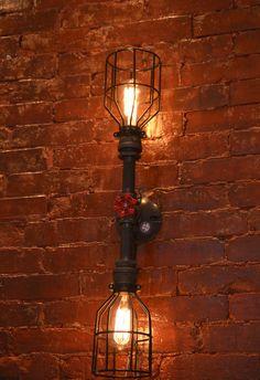 BESCHREIBUNG: Dieses industrielle Licht ist flexibel genug, um in einem Hause, Verkaufsfläche oder Büro zu arbeiten. Diese doppelte Wandleuchter macht eine ernsthafte Aussage. Käfige können für den Minimalisten in Ihrem Leben entfernt werden! Diese Leuchte kann auch eine Decke oder ein Eitelkeit Licht verwendet.  ~ ALLE LICHTER KÖNNEN ANGEPASST WERDEN. WENN SIE ETWAS AUF IHRE BEDÜRFNISSE ZUGESCHNITTEN, INFORMIEREN SIE UNS BITTE UND WIR WERDEN ES ZITIEREN.  ARTIKELDETAILS: -Abmessungen: L…