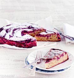 Hapan puolukka ja makea valkosuklaa ovat mehevän kakun lyömätön kaksikko. Leivo ihana puolukka-valkosuklaakakku syysillan iloksi.