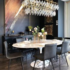 Who says dining rooms can't be elegant and kid-friendly?! Oval dining table + faux leather chairs = kid-friendly dining room #highfashionhome #dinnertime #familytime #diningroom #shoplinkinbio