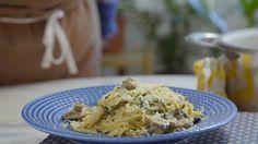 Receita com instruções em vídeo: Macarrão rápido, prático e super cremoso de pesto e cogumelos.  Ingredientes: 2 colheres de sopa de azeite de oliva, 300g de cogumelo castanho, 25g de cogumelo shitake hidratado, 2 dentes de alho picados, ½ pimenta dedo-de-moça picada, 1 colher de sopa de pesto, 200g de creme de leite fresco, Sal, Pimenta do reino, 200g de espaguete cozido, Manjericão fresco picado, Queijo parmesão